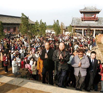 Chan Master paid tribute to Master Bodhidharma at the Kongxiang Temple. (2007)