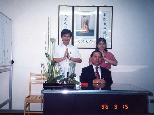 妙禪(劉錦隆)(後排左一)和妻子(後排右一)與 妙天禪師(前排)合影