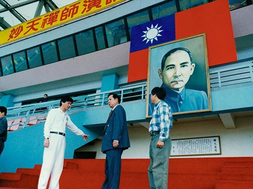劉錦隆(妙禪)(左一)跟隨 妙天禪師巡查法會籌備進度