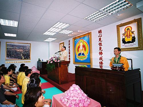 妙天禪師為「覺殿精舍」開光且為與會者開示。劉錦隆(妙禪)(右一穿黃色法袍者)也於台下聆聽。