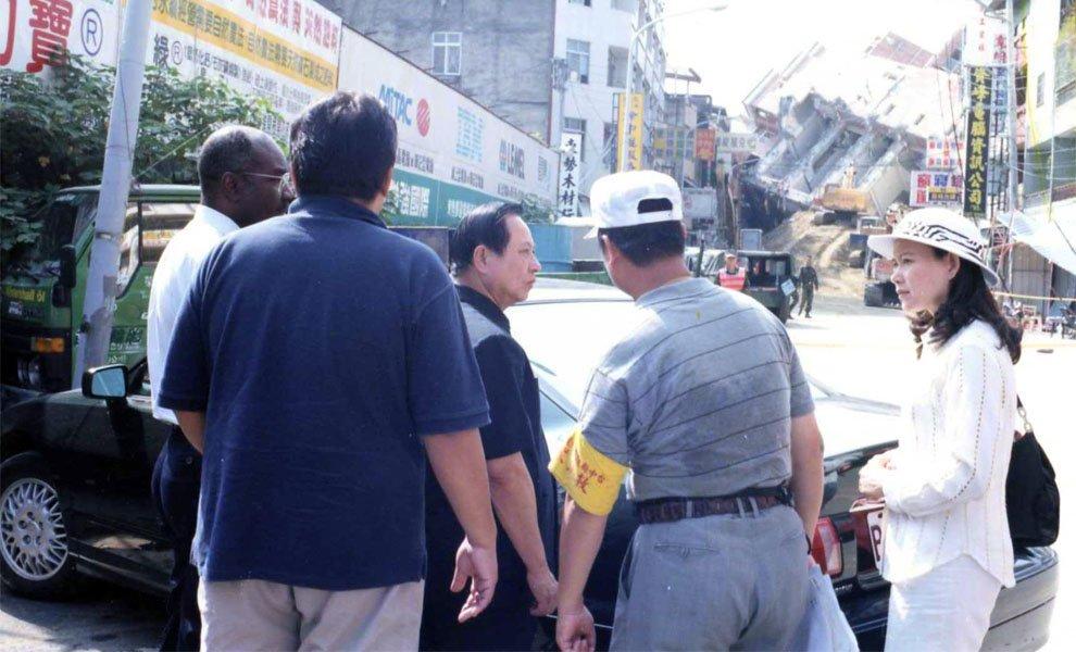 1999年‧九二一地震後,悟覺妙天禪師馬上親赴災區,並發動同修募款賑災。