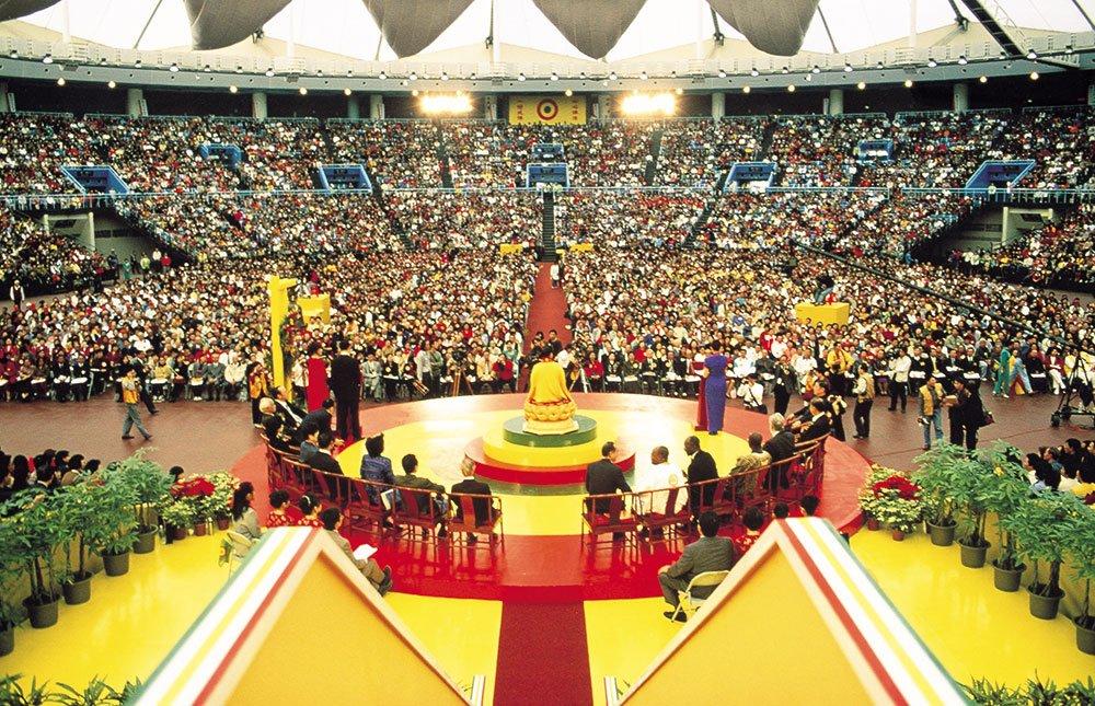 1999年‧『迎接二十一世紀世界和平大法會』,超渡戰爭亡魂,宣告世界和平。