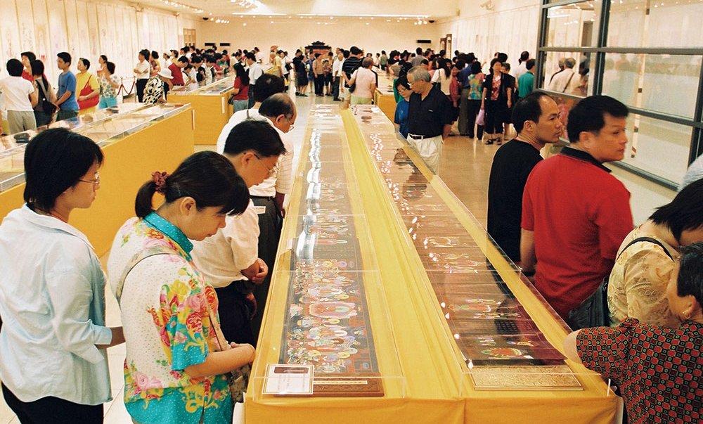 2002年及2003年‧於國父紀念館舉辨「觀世音菩薩慈悲法相畫展」,共計三十餘萬人參觀,轉化世道人心