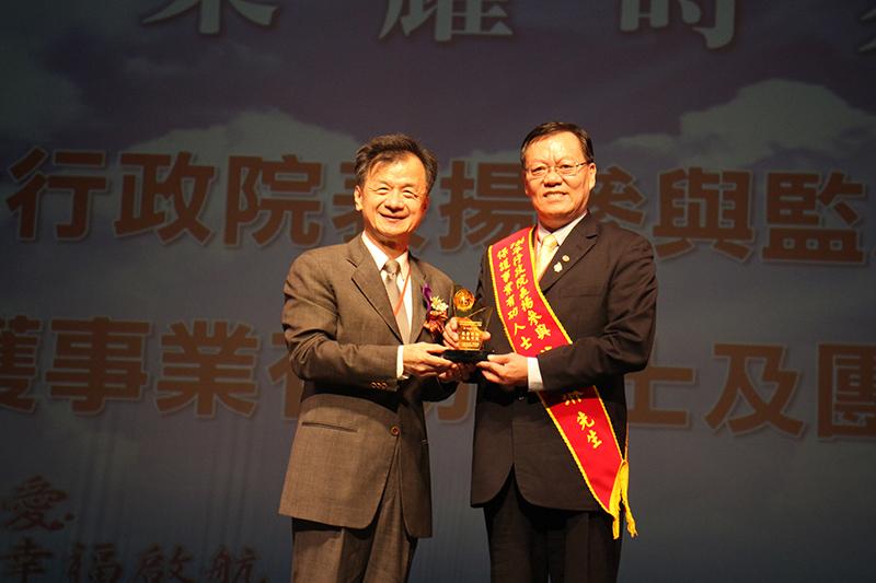 救世會優良解毒師資華琳榮獲行政院表揚