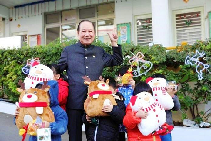 悟覺妙天禪師送聖誕新年禮物給失依的幼童。